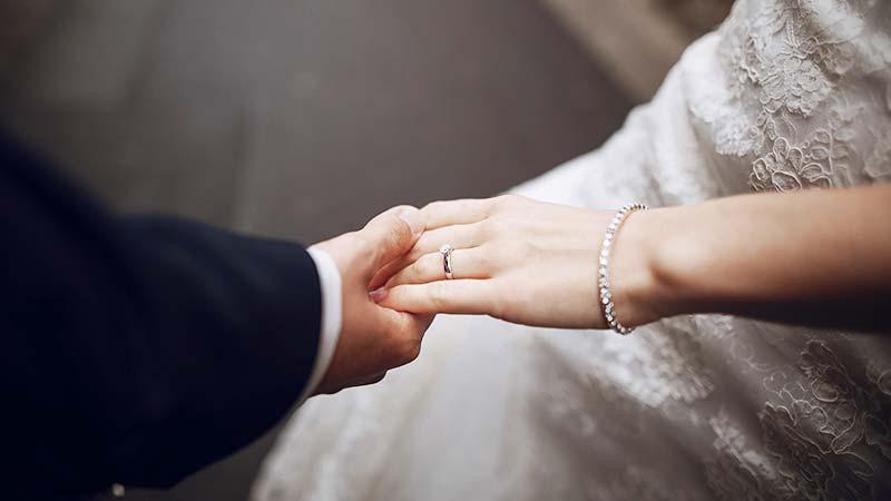 תמונה של זוג שהתחתן ומחזיק ידיים 2