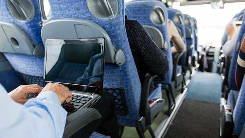 תמונה של אדם מקליד על המחשב הנייד בזמן נסיעה 2